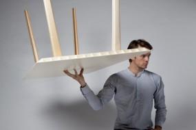 Kleinergleich5: il tavolo leggero come una 'piuma'