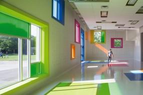 Una stanza polivalente e vibrante di colori rianima una scuola a Toronto