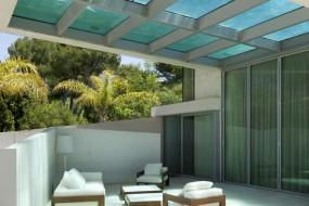Una casa costruita 'sotto' una piscina sul tetto…