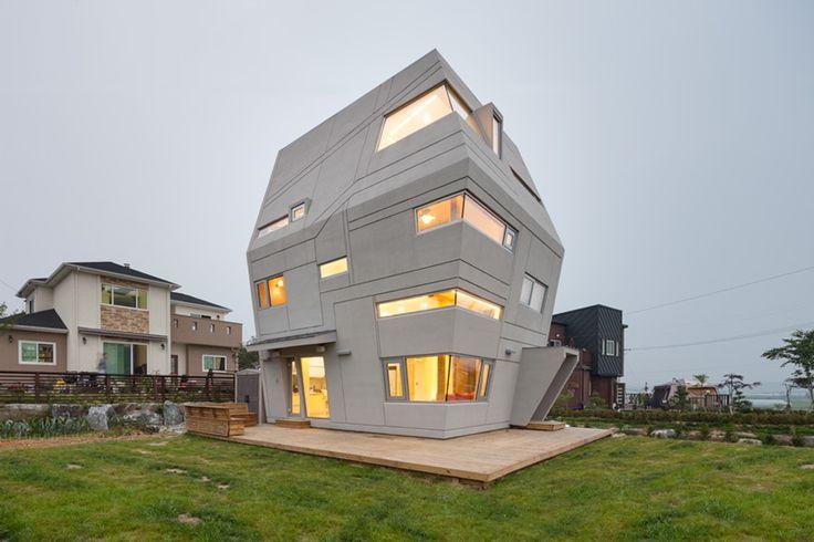 Haus F mit Sci fi Design am hang