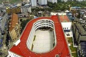 Solo in China: una pista d'atletica lassù, sul tetto della scuola