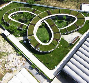 Una spirale verde sul tetto di questa scuola in Vietmnam