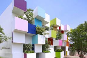 I colori esplodono sulla facciata di questa banca a Tokyo